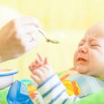 """El riesgo de dar """"probaditas"""" de comida a los bebés antes de tiempo"""