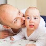 Los bebés que se parecen a papá son más saludables, estudio
