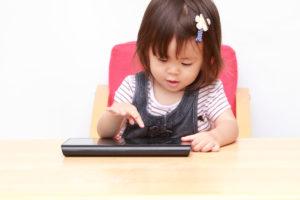 Así es como el uso de dispositivos afecta a los menores de 2 años
