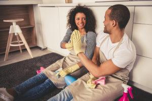 Lavar los platos en pareja hará más feliz tu relación, estudio