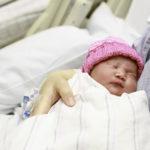No tocar; padres llevan carteles para cuidar la salud de sus bebés