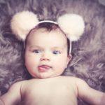 5 razones para evitar los adornos en la cabeza del bebé