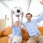 """8 reglas para evitar un """"fuera de lugar"""" cuando ves futbol con tus hijos"""