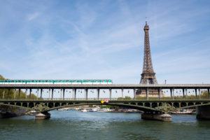 Nace bebé en tren de París y le otorgan 25 años de pasaje gratis