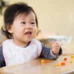 Los bebés que comen sólidos a edad temprana duermen mejor, estudio