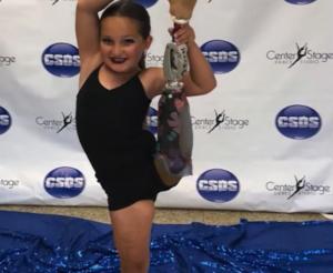 Regreso triunfal al baile de niña que perdió la pierna por una infección