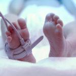 VIDEO: Bebé se gradúa de cuidados intensivos con pequeña toga y birrete