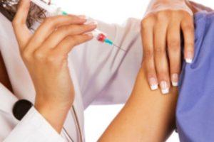 Investigan a enfermera de Texas que se opone a las vacunas