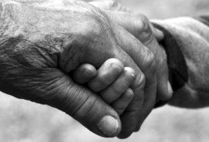 VIDEO: Niño alimenta a su abuelo y el tierno momento conmueve a miles
