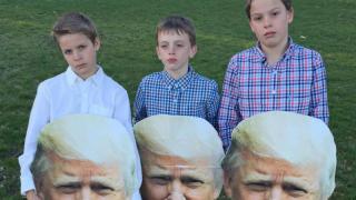 A estos tres chicos se les prohibió la entrada a la escuela por presentarse con máscaras de Trump (Foto: cortesía de Laurie Mattaliano).