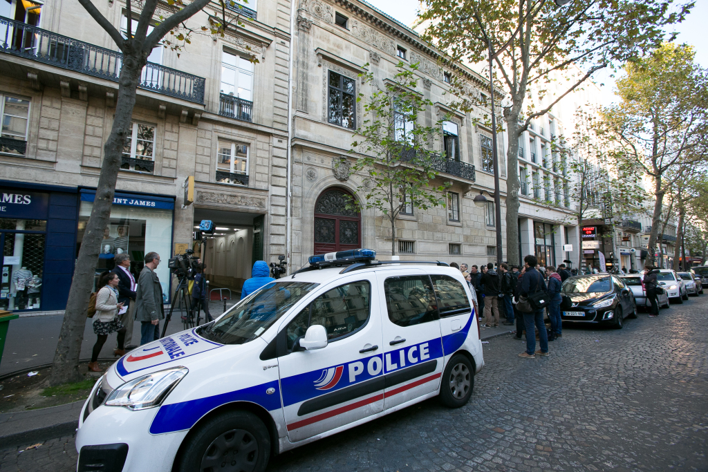 PARIS, FRANCE - OCTOBER 03: A french police car is seen outside Kim Kardashian's Luxury Apartment after being robbed at gunpoint by masked men during Paris Fashion Week Womenswear Spring/Summer 2017 on October 3, 2016 in Paris, France. (Photo by Marc Piasecki/Getty Images)