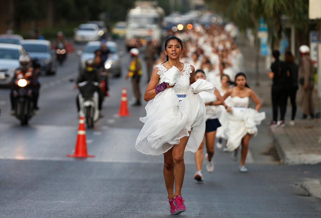 0ebb62c504bcc novios-y-novias-corren-trajeados-por-tailandia-para-ganar-una-luna-miel.jpg